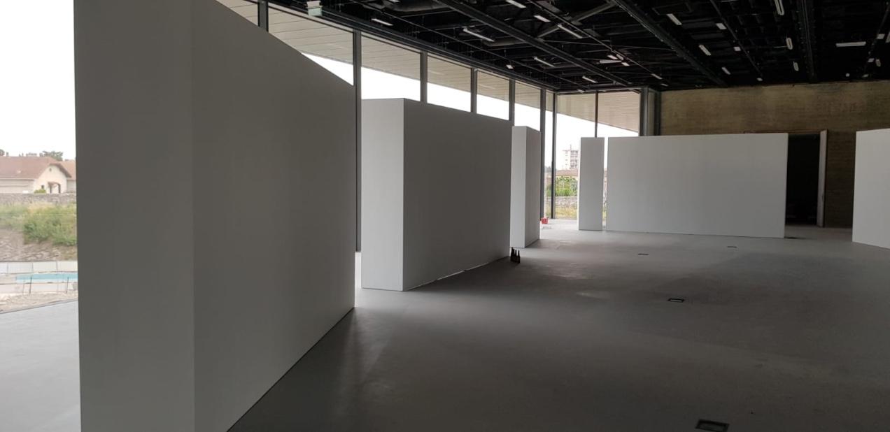 Cimaise mobile / 2400x700mm / hauteur 3000 mm  80 ml construit pour l'école nationale de photographie de Arles / juin 2019