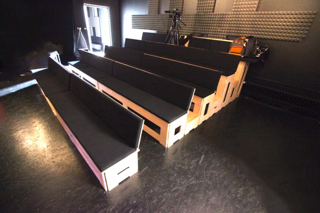 Gradins en contreplaqué avec coussins sur assises et dossier / M1.